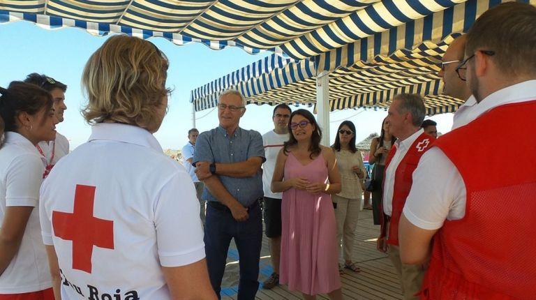 Cerca de 15.000 personas con movilidad reducida han podido bañarse en los puntos accesibles de Cruz Roja en la C. Valenciana